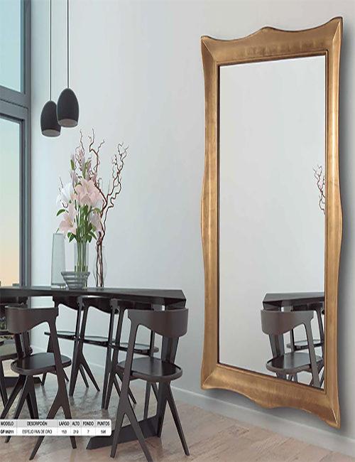 Los espejos de peluquer a normalmente son espejos grandes for Espejo dorado grande